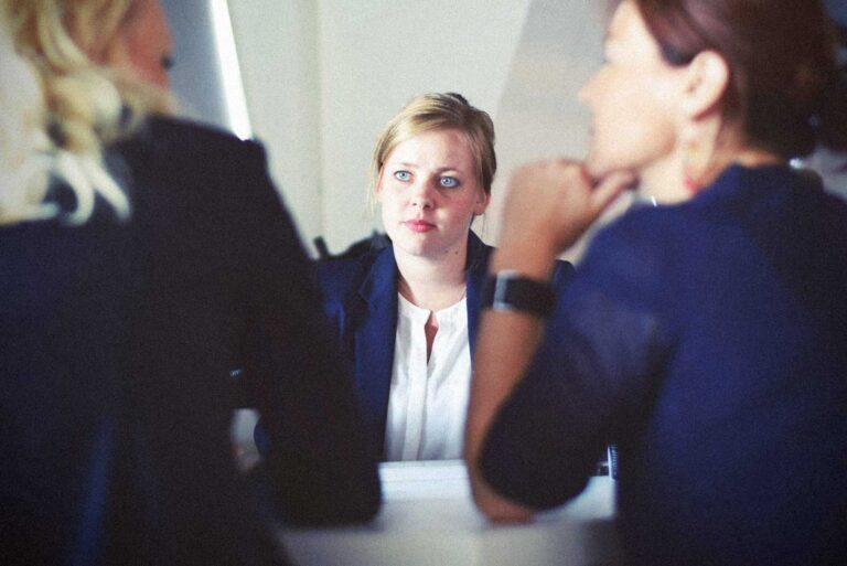 Två chefer pratar med en orolig anställd om dennes alkoholvanor