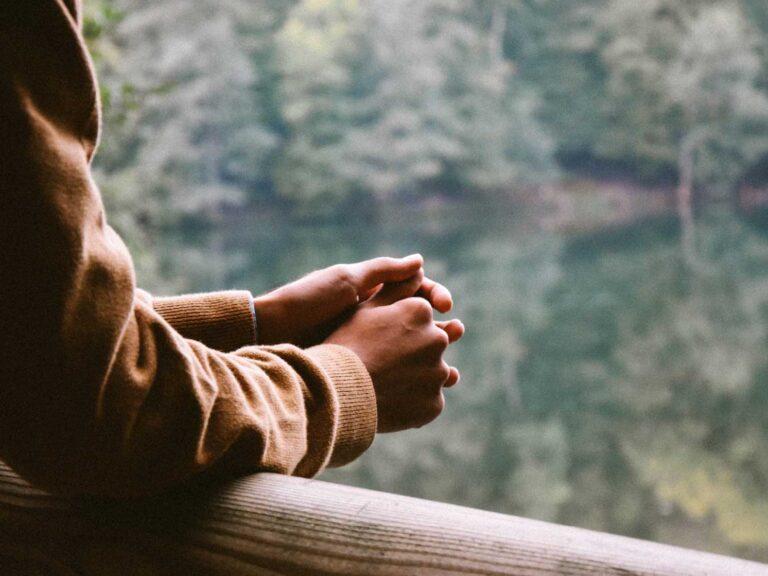 Händerna på en man som står och funderar över sitt drickande