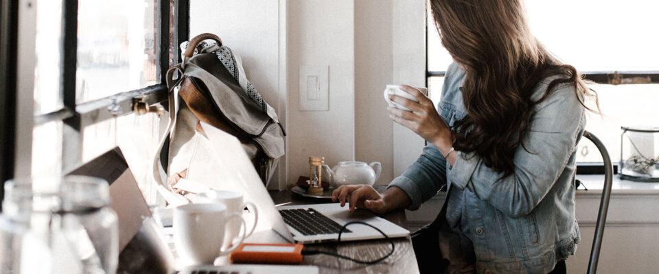 Kreativ person jobbar vid laptop