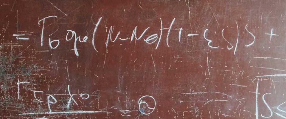 Summan av lasterna är konstant som ekvation på en brun tavla