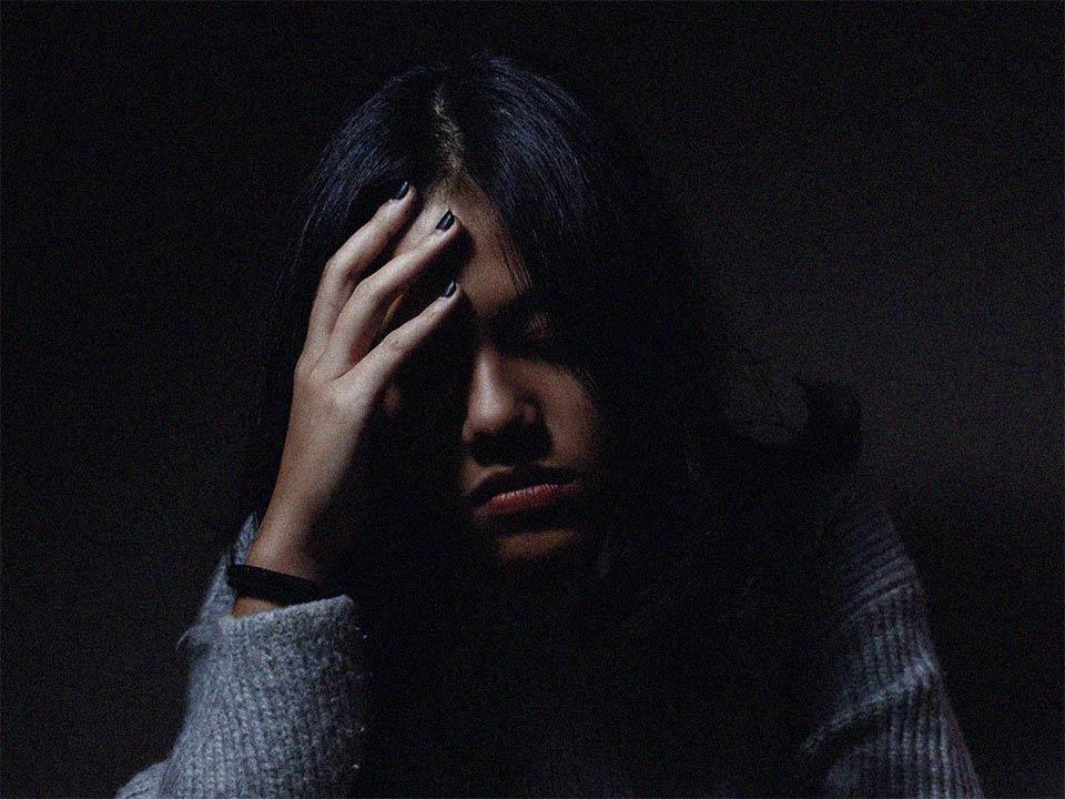 Kvinna i förnekelse om beroende av alkohol